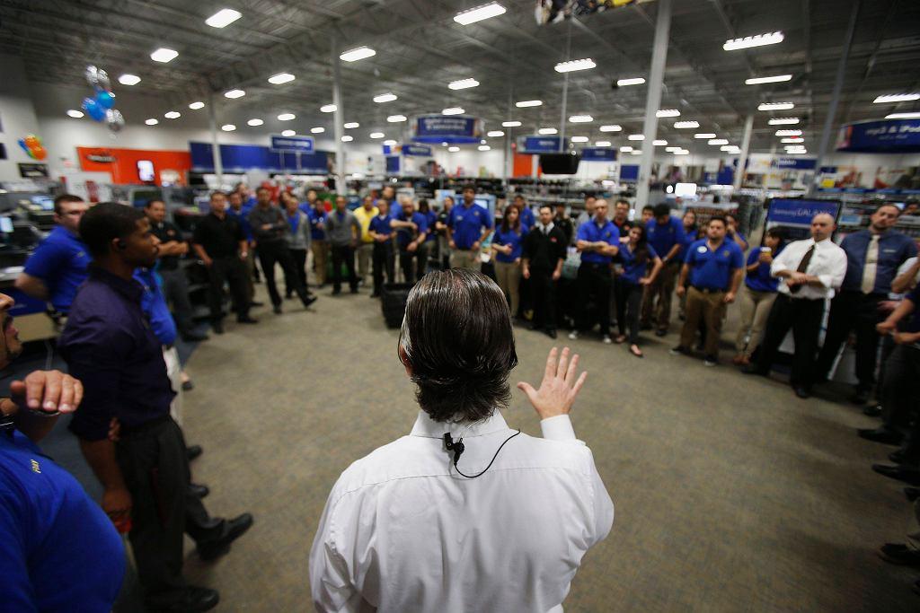 Czarny Piątek w Best Buy - pracownicy sklepu podczas ostatniej odprawy / REUTERS/STEPHEN LAM