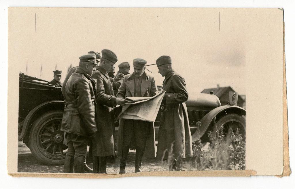 Fotografia: 'Sierpień na froncie' [Piłsudski w rozmowie z gen. E. Rydzem Śmigłym i płk T. Kutrzebą], Polska, 1920 r., sygn. MWB/D/3192/16