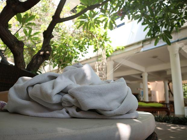 W hotelach częstym widokiem jest ręcznik rzucony na leżak przy basenie jako sposób rezerwacji miejsca
