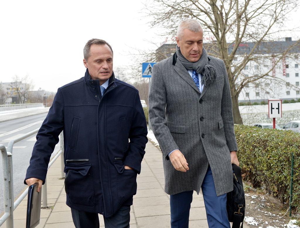 Leszek Czarnecki i Roman Giertych w drodze do katowickiej Prokuratury Krajowej, 19.11.2018.