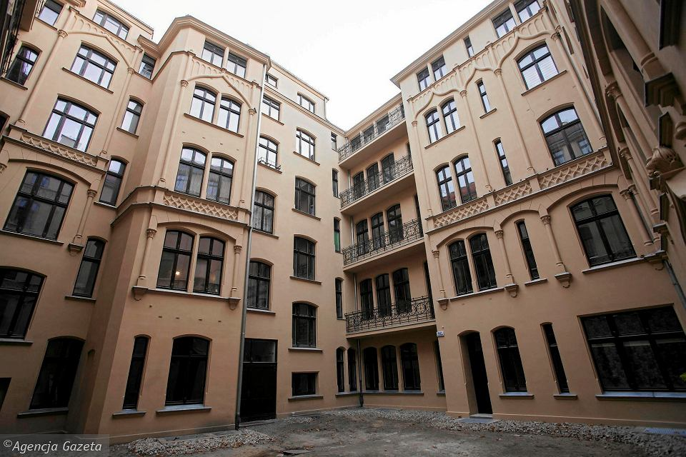 Dziedziniec wyremontowanej kamienicy przy ulicy Krasickiego 21 - 23
