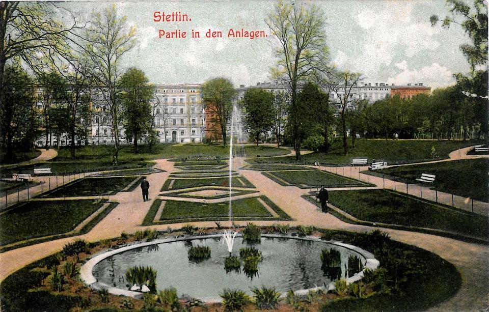 Park Żeromskiego przed wojną. Widok na fontannę, w głębi kamienice przy ul. Mtejki