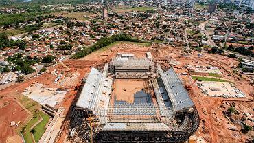 <b>Arena Pantanal - Cuiaba.</b> 43 600 widzów, arena czterech meczów, koszt: ok.720 mln zł. Cuiaba jest stolicą stanu Mato Grosso do Sul, znanego z wielkich pastwisk, równiny Pantanal i największych gryzoni świata - kapibar. Tradycji piłkarskich ani miasto, ani stan nie ma żadnych. Dość powiedzieć, że Cuiaba ma jednego reprezentanta w... trzeciej lidze! Wprawdzie po mundialu pojemność stadionu ma zostać zmniejszona, ale na mecze Cuiaba EC, która rezydować będzie na Arena Pantanal, przychodzi zaledwie ok. tysiąca osób! Władze miasta chcą wynajmować obiekt lokalnej drużynie futbolu amerykańskiego (kilkanaście meczów w roku po tysiąc widzów) oraz na ważniejsze mecze klubu Luverdense Lucas do Rio Verde, beniaminka drugiej ligi. Sęk w tym, że Luverdense ma siedzibę 330 km od Cuiaby