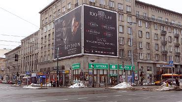 Płachta reklamująca obchody 100-lecia Teatru Polskiego na skrzyżowaniu Kruczej i Al. Jerozolimskich