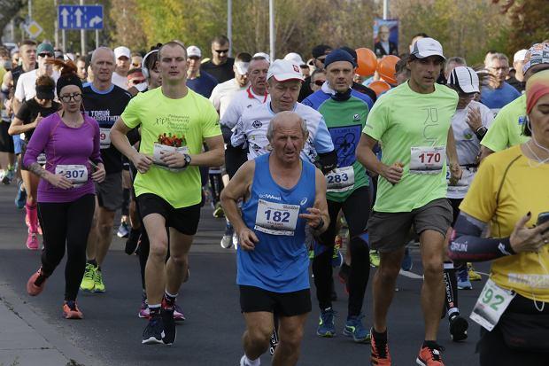 Zdjęcie numer 60 w galerii - Ponad 1200 biegaczy na starcie 37. Toruń Maraton, wygrał Łukasz Oskierko [ZDJĘCIA]