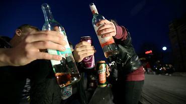 Picie alkoholu w miejscu publicznym (fot. Cezary Aszkiełowicz / Agencja Gazeta)