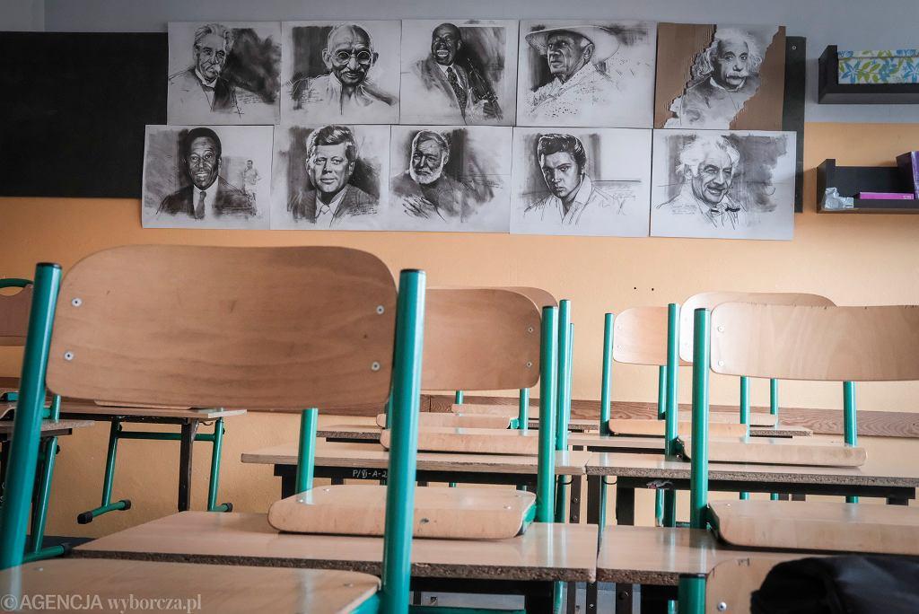 'Szkoła to instytucja ideologiczna, która ma w bardzo określony sposób kształtować człowieka i formować na potrzeby państw. Tak było, jest i będzie tak długo, jak zachowamy obecny model szkoły'