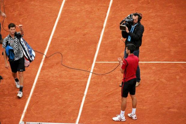Tennis - French Open Man's Singles Semifinal match - Roland Garros - Novak Djokovic of Serbia v  Dominic Thiem of Austria - Paris, France - 03/06/16 Djokovic applauds as Thiem leaves the court at the end of their match. REUTERS/Gonzalo Fuentes SLOWA KLUCZOWE: :rel:d:bm:LR1EC6317X9RA