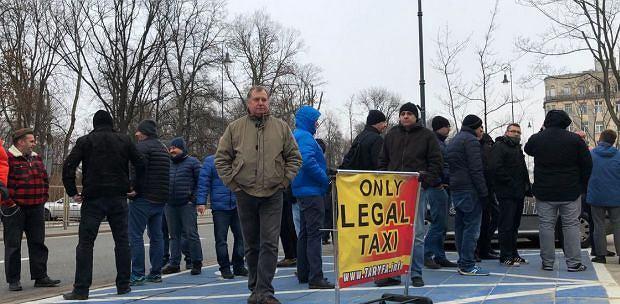 Protest taksówkarzy przed resortem cyfryzacji