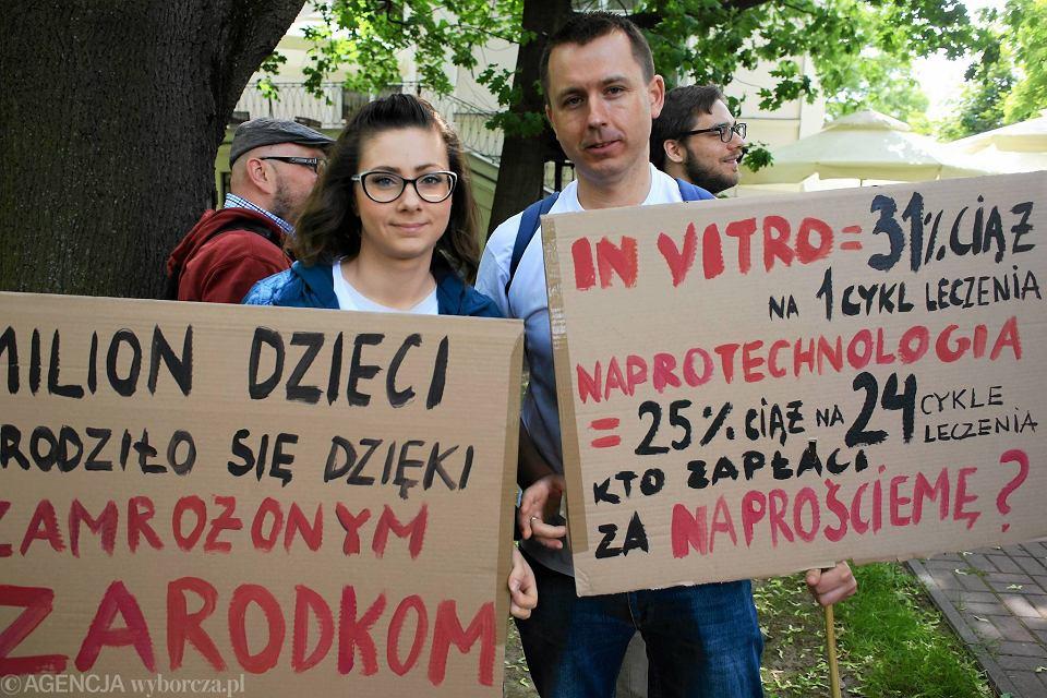 Czerwiec 2016 r. Zwolennicy finansowania przez państwo metody in vitro pikietowali przed Sejmem w proteście przeciwko obcinaniu funduszy na leczenie niepłodności przez rząd PiS.