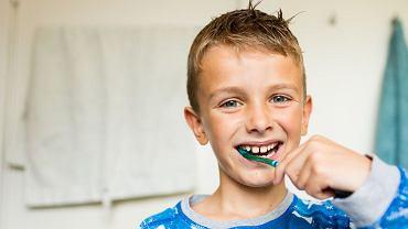 Myjąc zęby, wychodzisz z łazienki? Takie pozornie niegroźne praktyki sprawiają, że zapominamy o umyciu części zębów