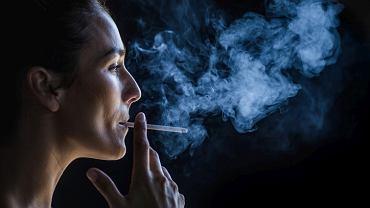 Palenie papierosów nie tylko osłabia włosy, ale też przyspiesza ich starzenie się