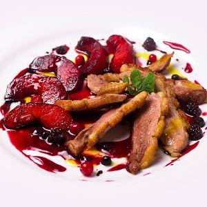 Smażona pierś kaczki z sosem śliwkowym i prosty deser z owocami