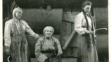 Teatr Dramatyczny w końcówce roku zdigitalizował kolejne materiały ze swojego archiwum, co pozwala na przeglądanie - bez wychodzenia z domu - setek afiszy, fotografii, projektów kostiumów. N/Z zdjęcie ze spektaklu 'Balladyna' z roku 1949