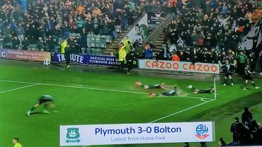Piłkarze Plymouth cieszą się z kuriozalnego gola strzelonego w ostatnich minutach meczu z Boltonem.