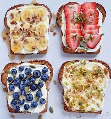 Pełnoziarniste tosty z serkiem naturalnym i owocami sa pyszne i zdrowe