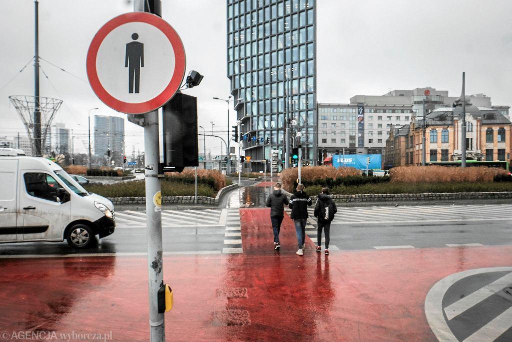 Ul. Zwierzyniecka przy rondzie Kaponiera w Poznaniu, widok na Bałtyk. Obok przejazdu dla rowerów, rada osiedla Jeżyce chce stworzenia naziemnego przejścia dla pieszych