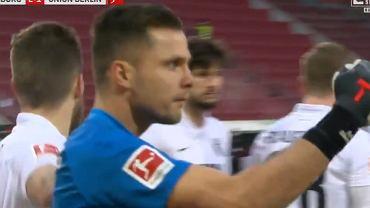 Rafał Gikiewicz cieszy się po obronieniu rzutu karnego
