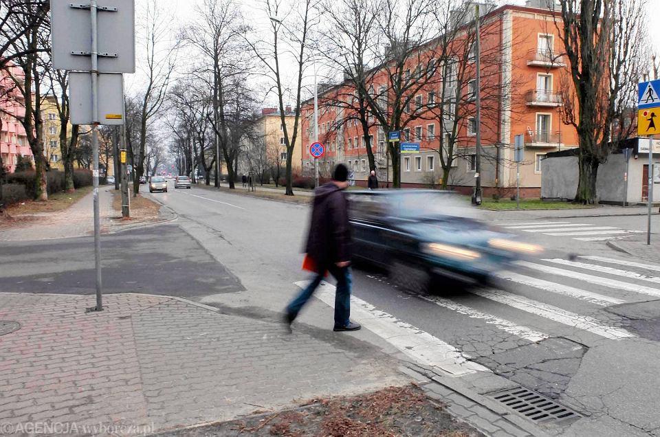 Kierowcy jeżdżą w mieście zbyt szybko. Dlatego trzeba tak urządzić ulice, by musieli zwolnić. Na zdjęciu skrzyżowanie ul. Sobieskiego z Ogińskiego