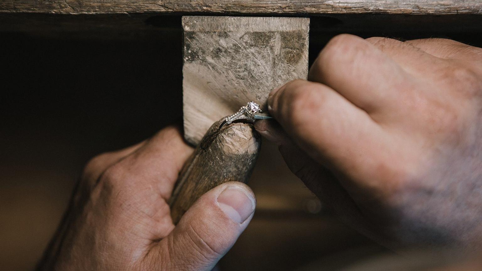 Diament przez lata nie zmienia swojej wartości, dlatego lokuje się w nim nadwyżki finansowe (mat. promocyjne / syncret.com)