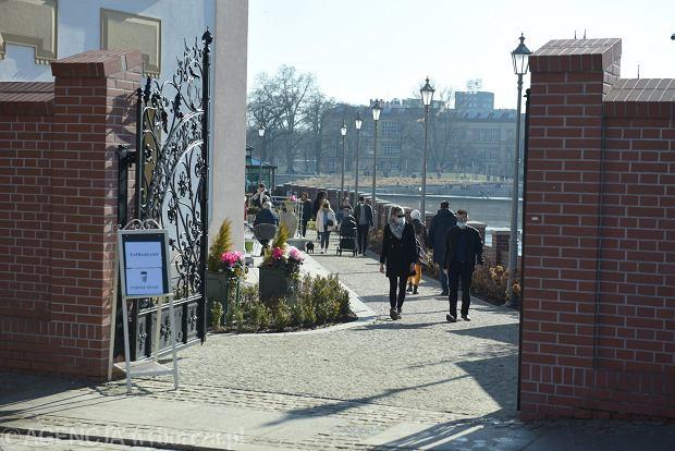 Zdjęcie numer 18 w galerii - Piękna pogoda wyciągnęła wrocławian z domów. Dużo spacerowiczów w Rynku i na bulwarach [ZDJĘCIA]