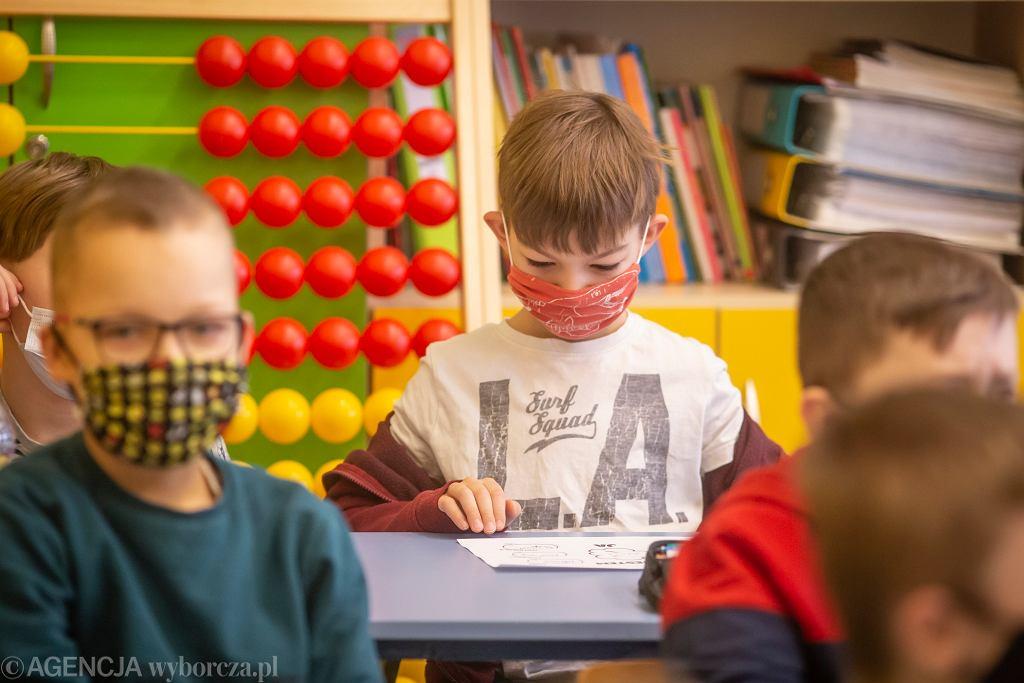 Pandemia koronawirusa. Powrót do szkół (z nauczania zdalnego, po lockdownie) uczniów klas 1-3. SP nr 3, Białystok, 18 stycznia 2021