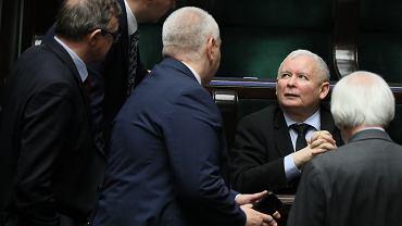 Prezes PiS Jarosław Kaczyński w otoczeniu podwładnych. Warszawa, Sejm, 15 marca 2019