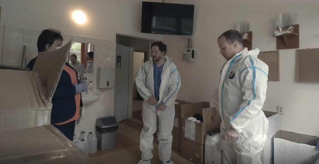 Maj 2020 r. Łukasz Cynalewski i Piotr Żytnicki na oddziale zakaźnym szpitala w Wolicy.