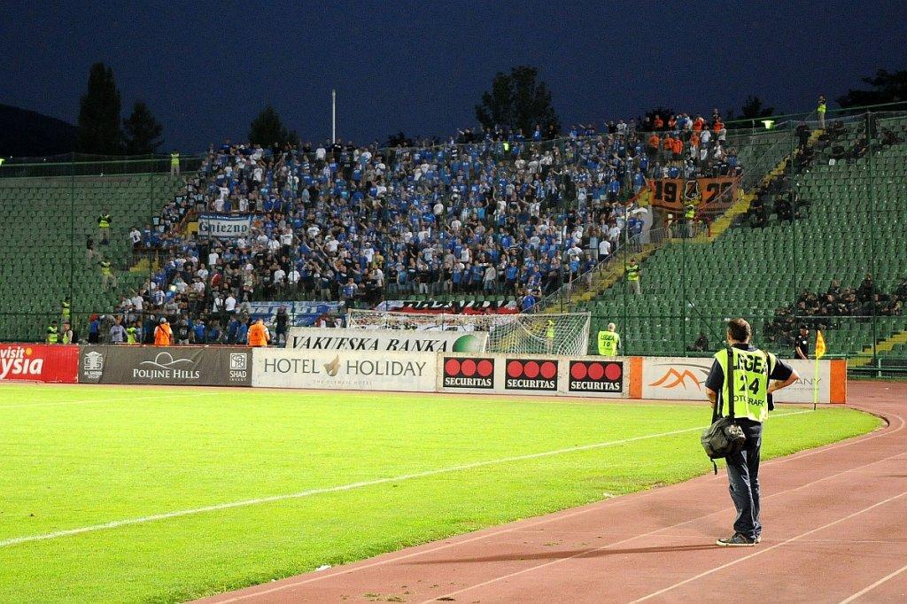 UEFA zamknęła stadion Lecha Poznań. Na zdjęciu: kibice Lecha Poznań na meczu w Sarajewie