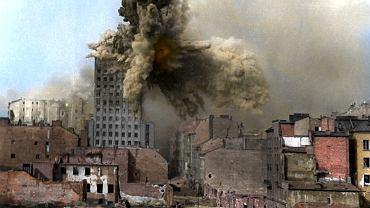 Prudential, najwyższy drapacz chmur w przedwojennej Polsce w chwili trafienia przez najcięższy samobieżny moździerz, używany w czasie II wojny światowej. Pocisk taki ważył ponad 2 tony. Budynek przetrwał i stoi do dziś w stolicy.
