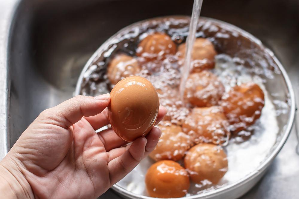 Mycie jajek pod wodą