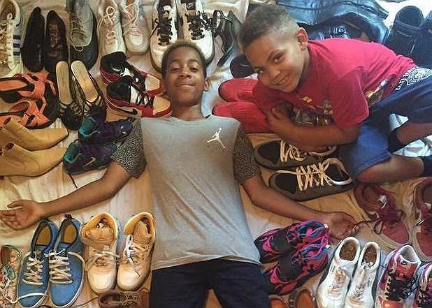 Zaire z młodszym bratem na tle zebranych butów