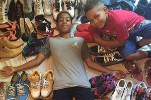 Ten chłopiec nie mógł pogodzić się ze znęcaniem nad rówieśnikami. Zbiera więc dla nich... fajne buty