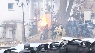 Moment ataku ogniem na milicjantów