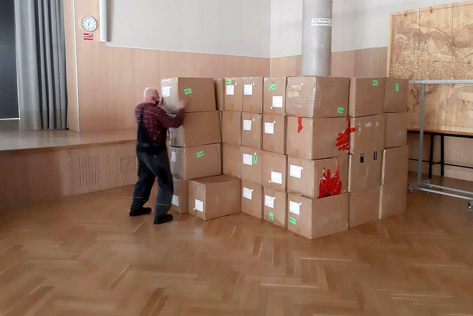 Sala Kolumnowa w urzędzie marszałkowskim na czas epidemii obi za magazyn. W piątek przyjechała kolejna dostawa sprzętu ochrony osobistej przed koronawirusem