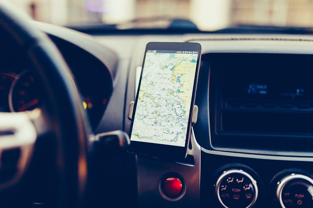 Uchwyt na telefon do samochodu może być montowany na różne sposoby. Zdjęcie ilustracyjne, Aleksey Korchemkin/shutterstock.com