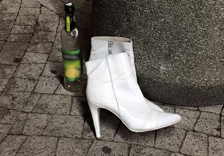 Białe kozaczki: jeszcze dwa lata temu łatwiej było je znaleźć na śmietniku niż w sklepach. Dziś znów są modne. fot. Warszawa, śmietnik przy ul. Waryńskiego, 2015 r.