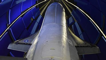 X-37B podczas zamykania w osłonie na szczycie rakiety