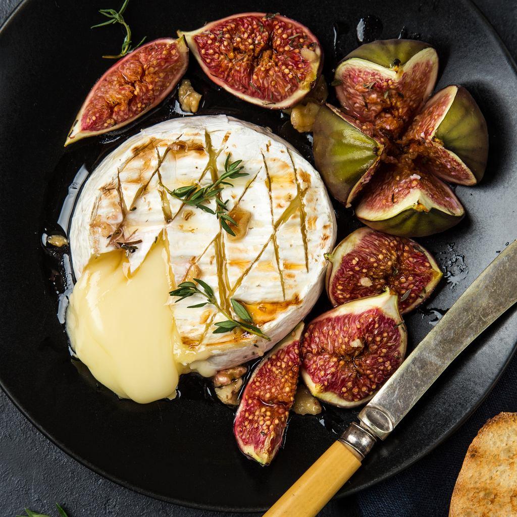 Camembert zapieczony z miodem, rozmarynem, orzechami i figami