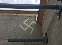 """Grochów. Namalował swastykę na ścianie. Policji tłumaczył, że """"chciał wytrzeć pędzel"""""""