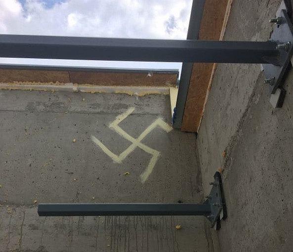 Namalował swastykę na budynku. Policjantom tłumaczył, że 'chciał wytrzeć pędzel'