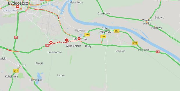 Wypadek na DK10 na trasie Toruń-Bydoszcz. Samochód osobowy wjechał pod tira i się zapalił