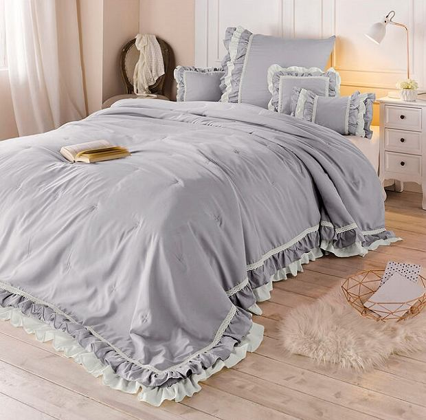 Narzuta na łóżko z ozdobną falbanką