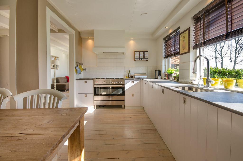 Dekoracja okien w kuchni - żaluzje