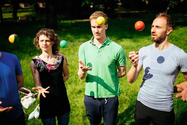 Rozgrzewka żonglera. Na sygnał wszyscy podrzucają piłkę do osoby obok. Jest to trochę trudniejsze, niż się wydaje.