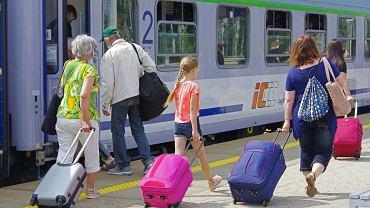 Bon turystyczny. Dworzec kolejowy Warszawa Wschodnia, Lato 2020, Wakacyjne wyjazdy w dobie koronawirusa N/Z Podróżni wsiadający do pociągu Pobrzeże' jadącego do Kołobrzegu
