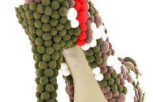 Kolorowe buty z pomponami
