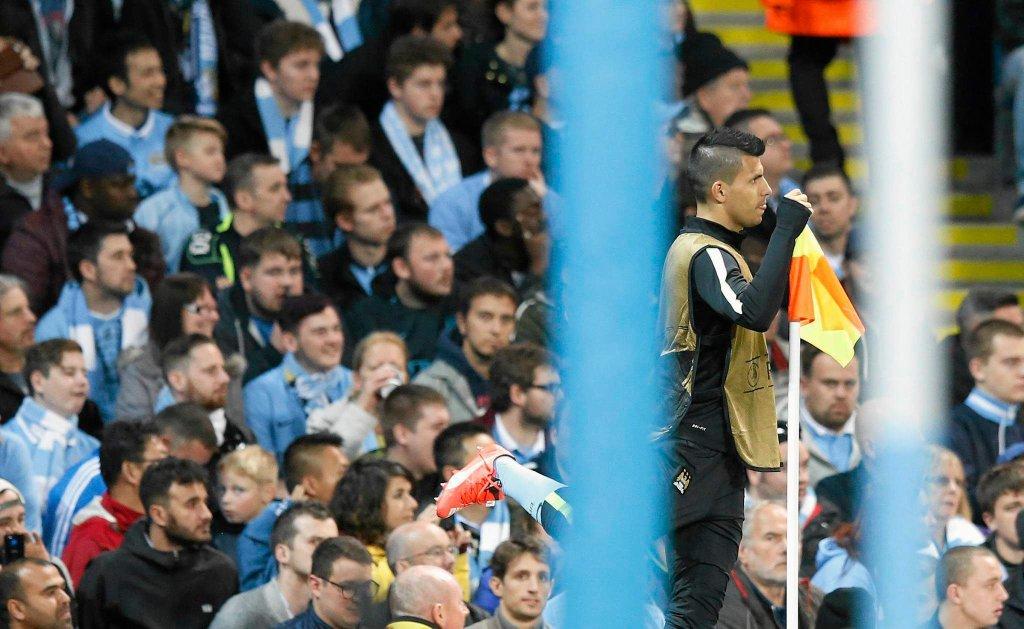 Kibice Manchesteru City i Sergio Aguero przyglądają się porażce swojej drużyny