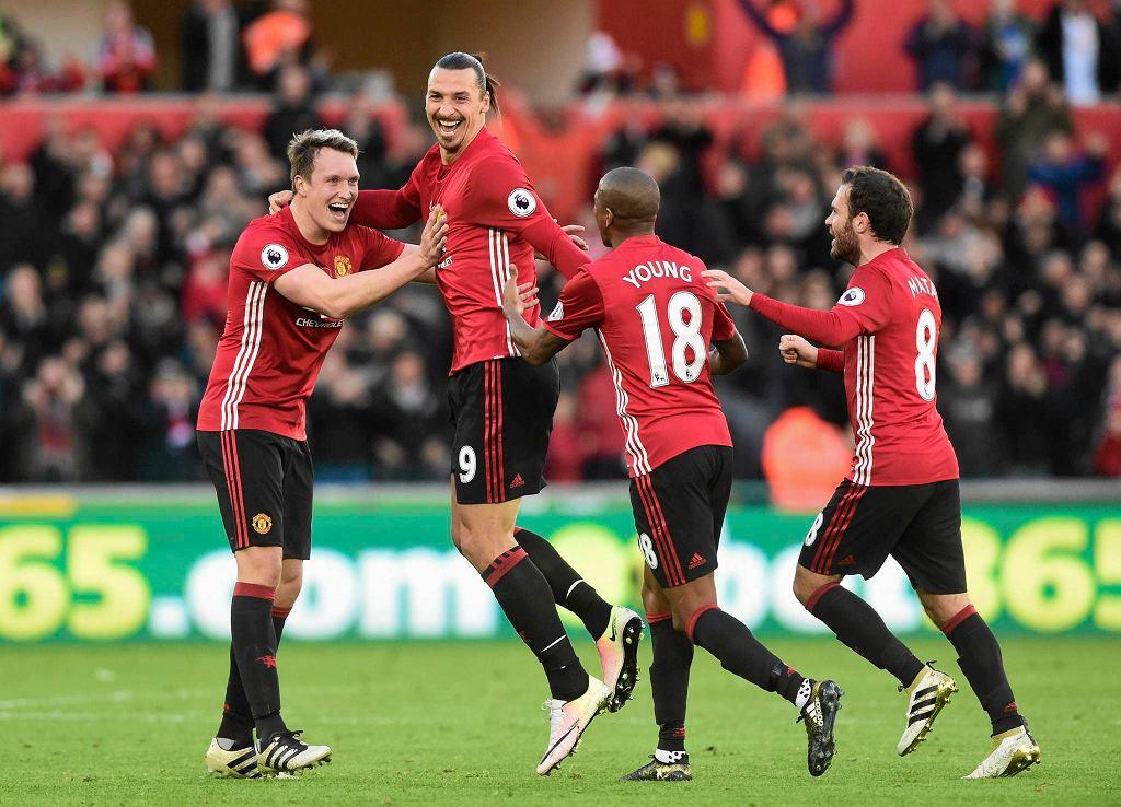 Piłkarze Manchesteru United cieszą się z gola w meczu ze Swansea