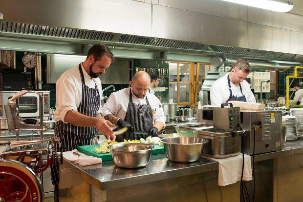 Uroczysta kolacja zaczynała się wieczorem, ale przygotowania do niej trwały od wczesnego popołudnia. Jakub Biskup (od lewej), Konrad Korszla i Dariusz Barański w skupieniu pracowali nad smakiem swoich potraw. Dla Jakuba i Konrada było to pierwsze spotkanie z dwugwiazdkową kuchnią.